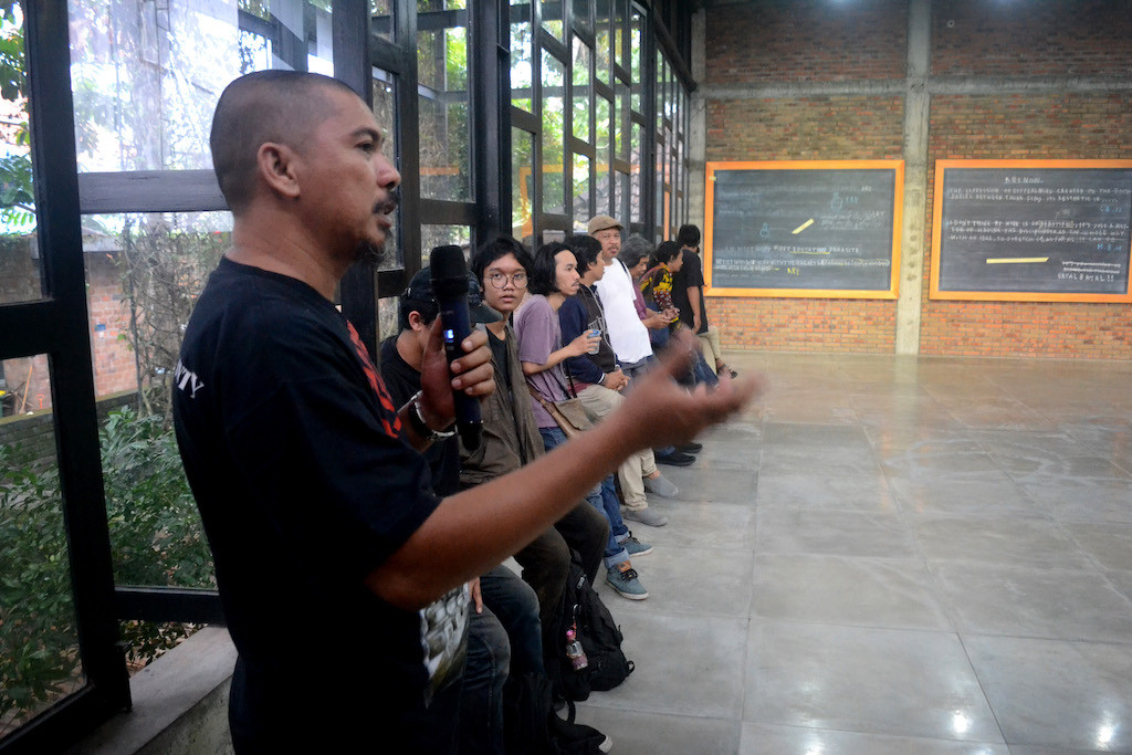 Painter Jumaldi Alfi gives his opening remarks at the opening of his solo exhibition Foot Note at SaRang Building in Bantul, Yogyakarta, on Jan. 21.