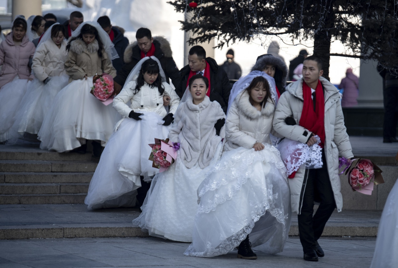China urges no weddings, short funerals to contain virus