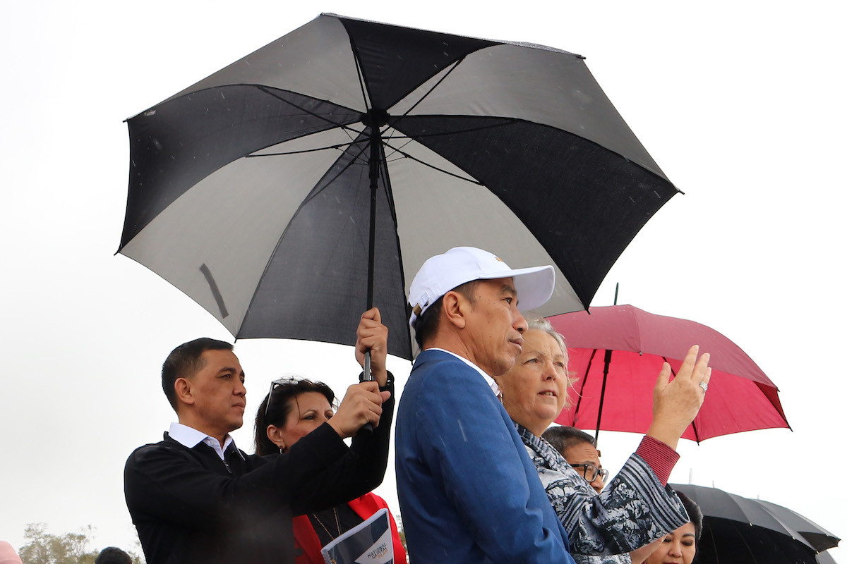 Amid winds and rain, Jokowi visits Mount Ainslie to study capital city development, planning
