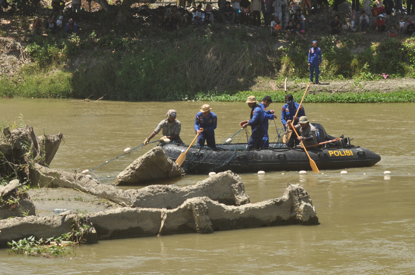 Choked Palu crocodile not yet lured into rescuers' trap