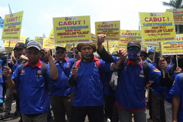 Workers who are members of the Confederation of Indonesian Trade Unions (KSPI) held an action to reject the Omnibus Law Cipta Karya in front of the Parliament Building, Senayan, Central Jakarta, Wednesday (02/12/2020).