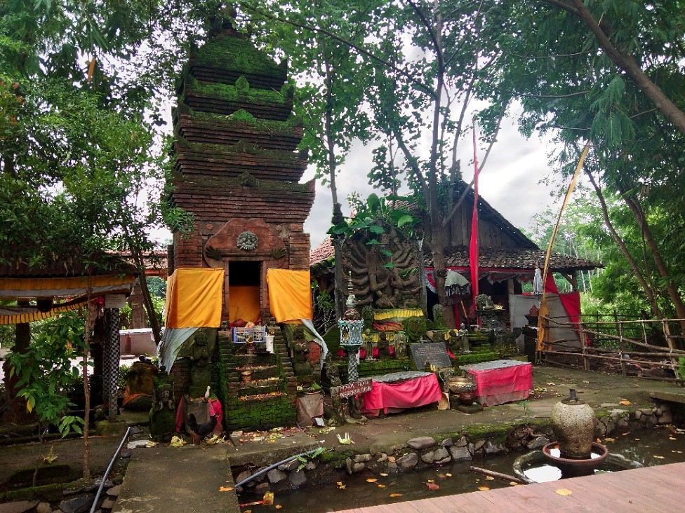 Pura Kawitan Majapahit consists of a series of shrines, statues and other religious objects, placed around a series of ponds. The first of these visitors will see is a shrine dedicated to Shiva, built with red brick in a style reminiscent of the Majapahit temples in Trowulan.