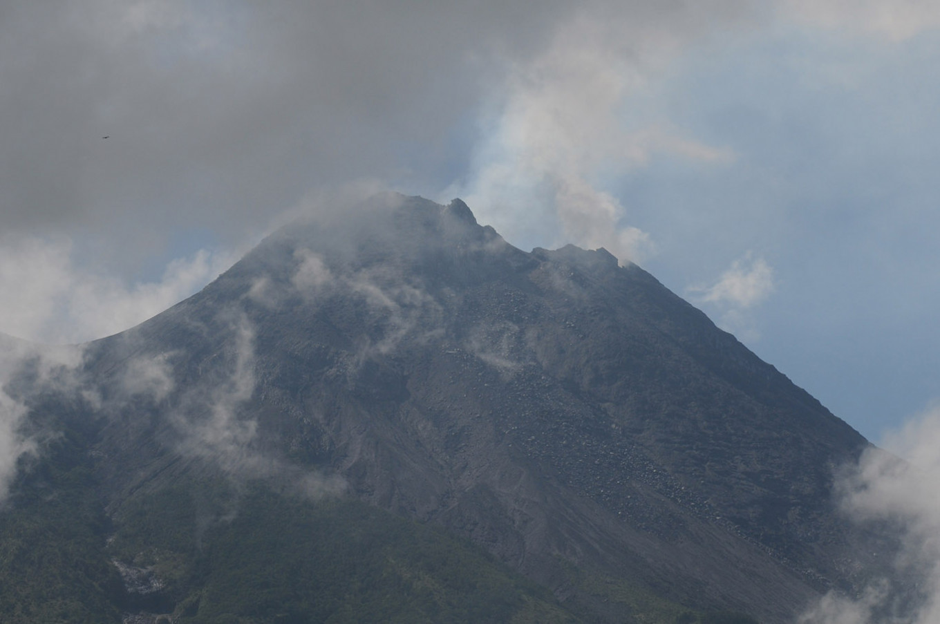 Mount Merapi erupts, spews 2,000-meter-high ash column