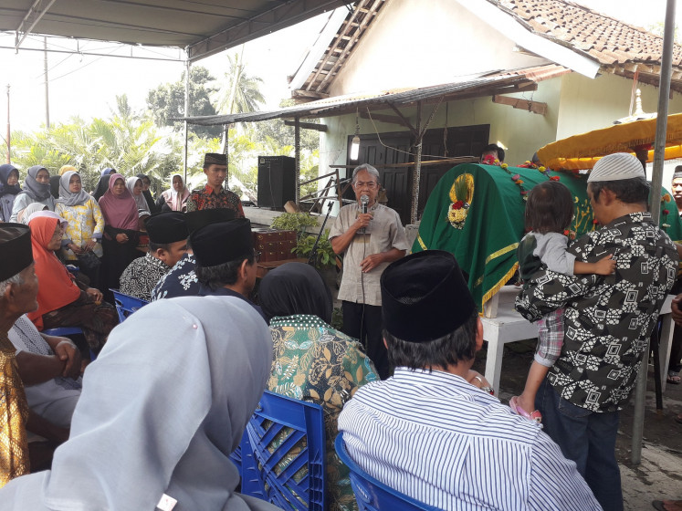 Sumarno, the grandfather of Khoirunnisa Cahyani Sukmaningtyas, gives a speech during the funeral of his granddaughter in Girikerto village, Sleman, Yogyakarta, on Feb. 22. Khoirunnisa was among the several students who died during a hike beside the Sempor River in Donokerto village on Feb. 21.