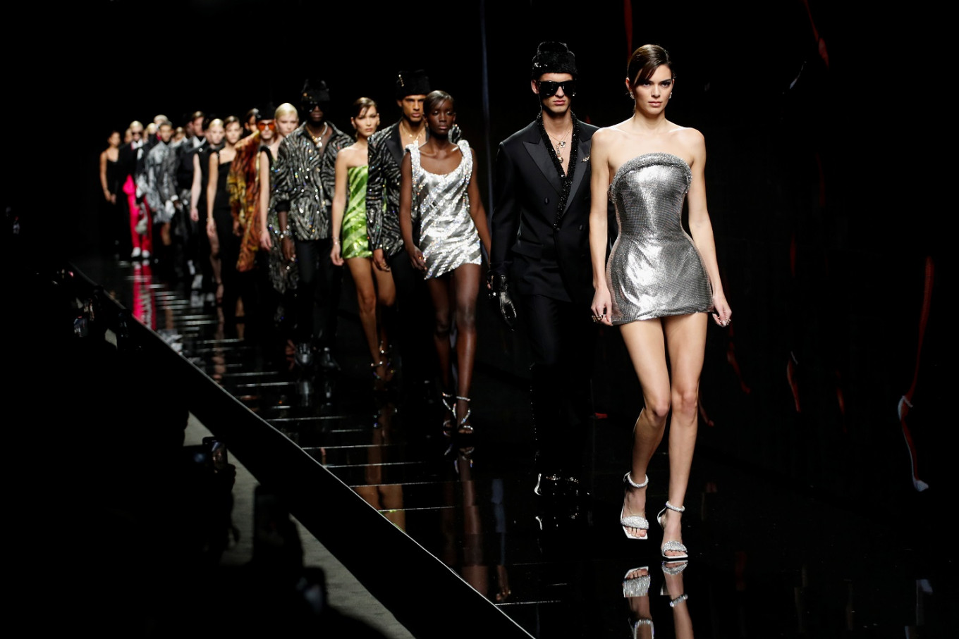 Miniskirts, power shoulders and top models for Versace Fall/Winter 2020