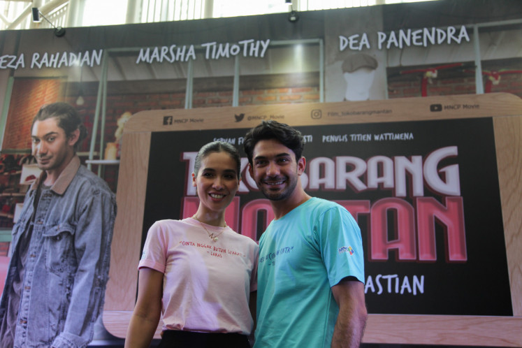 Marsha Timothy (left) poses with Reza Rahadian during a press conference on 'Toko Barang Mantan' at Epicentrum XXI in South Jakarta on Feb. 11.