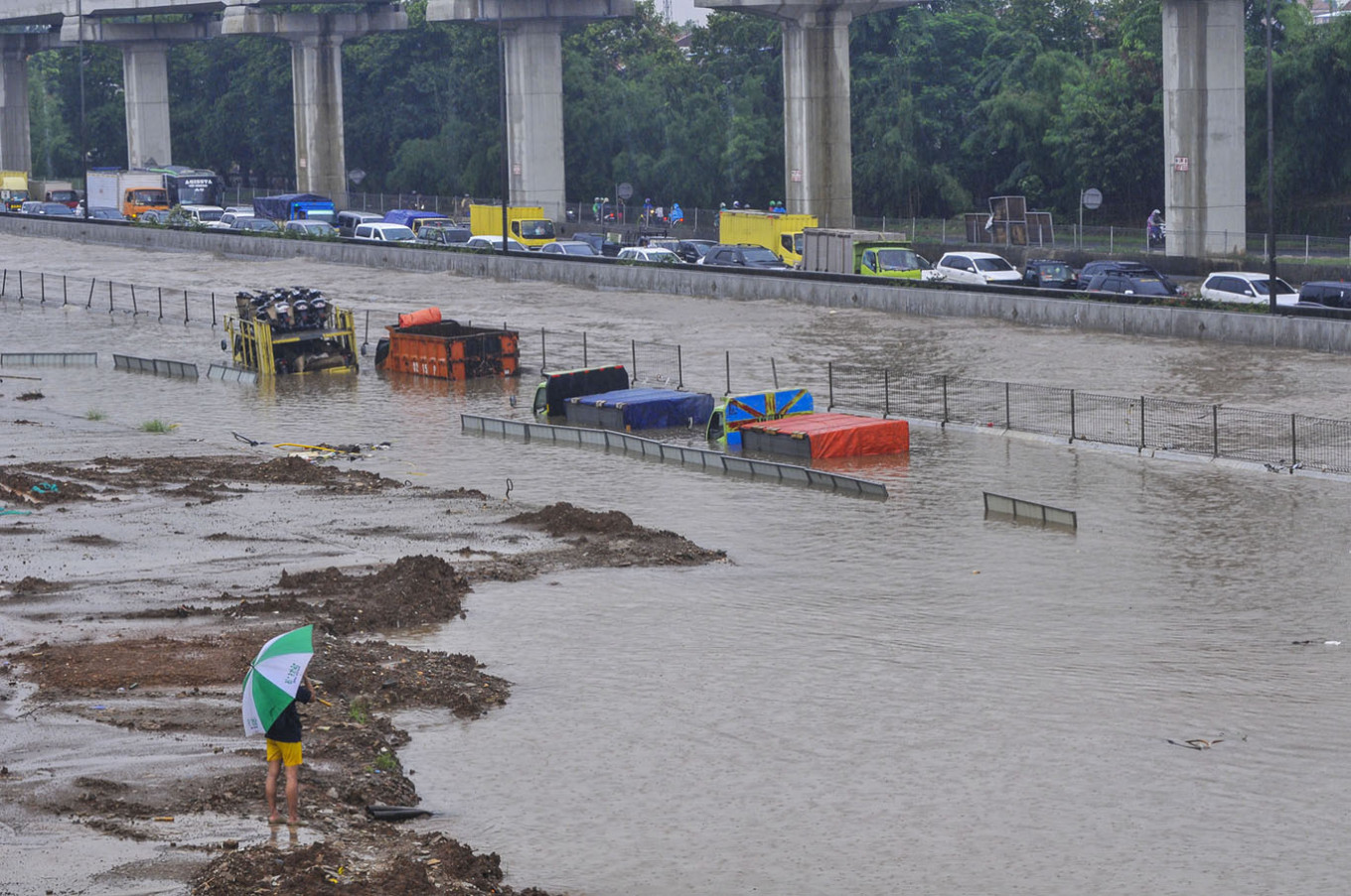 20,000 trucks serving Tanjung Priok port can't operate amid floods: Association