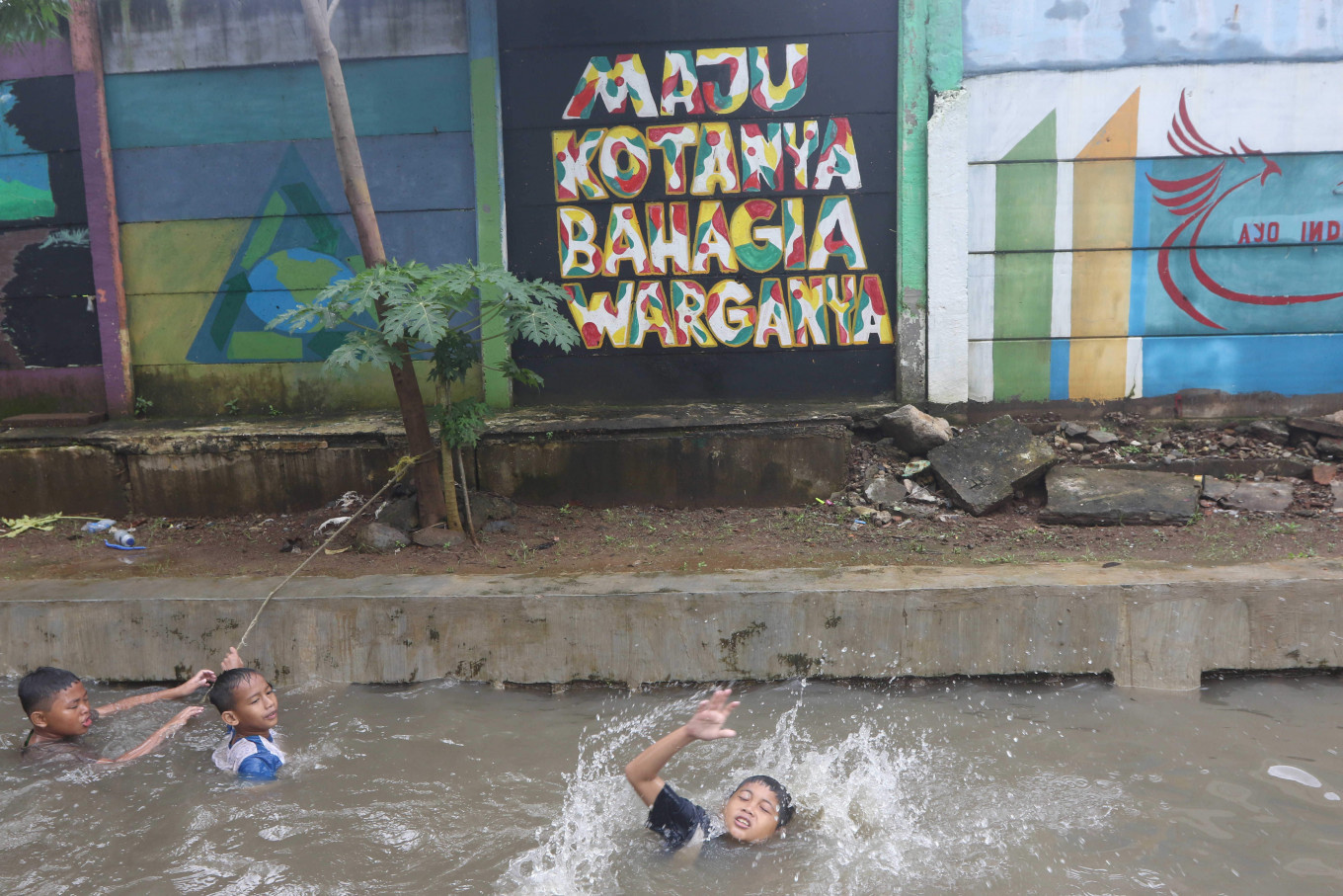 Dozens of Jakarta neighborhoods flooded after Sunday night rain