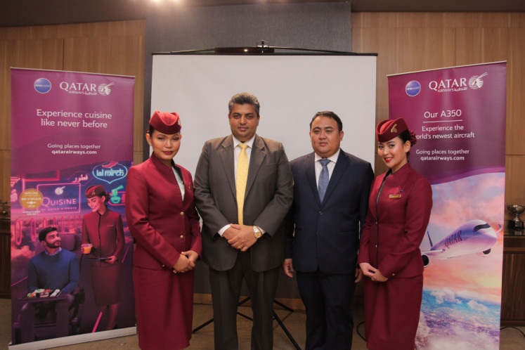 Ajay Jacob, Qatar Airways' country manager for Indonesia (second left), poses with Decha Mingkwan, Qatar Airways' culinary development manager (second right) at the Experience Quisine event on Feb. 26 at the Purantara In-Flight Catering office at Soekarno-Hatta International Airport in Tangerang, Banten.