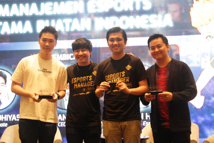 Hartman Harris, CEO EVOS Esports (left); Arief Widhiyasa, CEO Agate (second left); Riki Kawano Suliawan, CEO Qeon Interactive and founder of Rex Regum Qeon (RRQ) (second right); and Andrian Pauline, CEO RRQ (right) during the launch of the Esports King simulation game on February 25 in Central Jakarta.