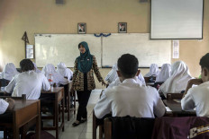 Dwi Puspita teaches Javanese language at SMAN 7 Purworejo senior high school. She also manages the school's extracurricular program of karawitan (Javanese music ensemble). JP/Irene Barlian