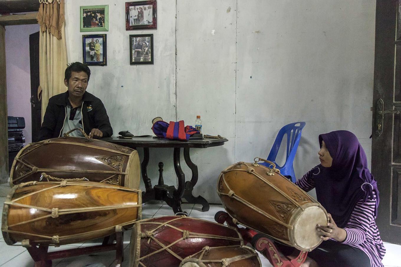 Puspita (right) and her father Priyo Widodo play instruments together at Priyo's house in Kemranggen village in Purworejo regency, Central Java.  JP/Irene Barlian