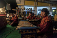 A karawitan music group adds melodies to the wayang performance. JP/Irene Barlian
