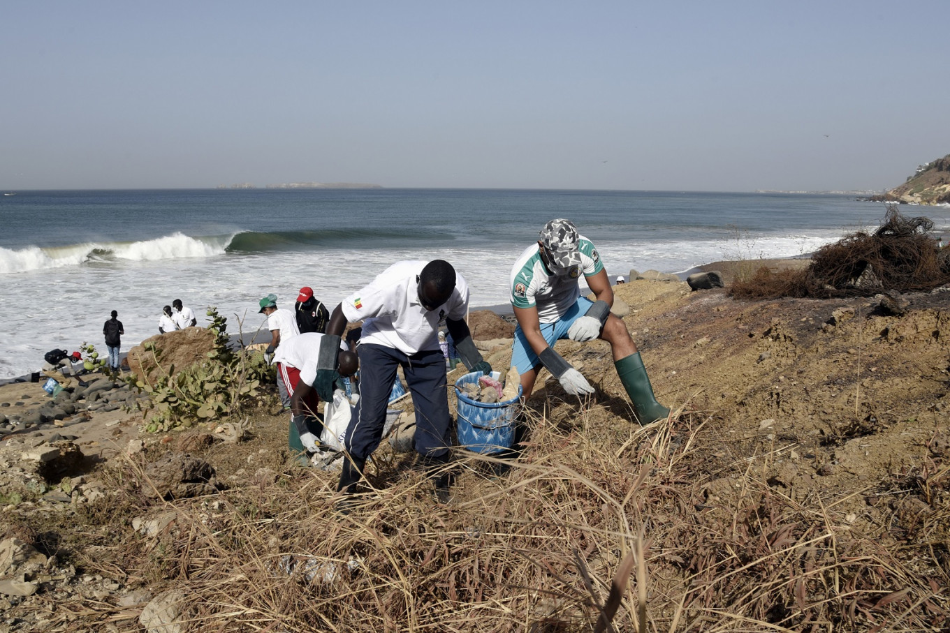 In Dakar, volunteers clean beach littered with medical waste