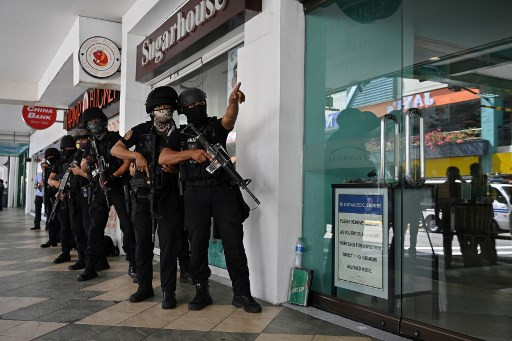 Police respond to reported mass hostage-taking at Manila mall