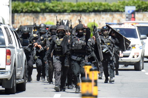 Armed ex-guard holds 30 hostage in Philippines mall
