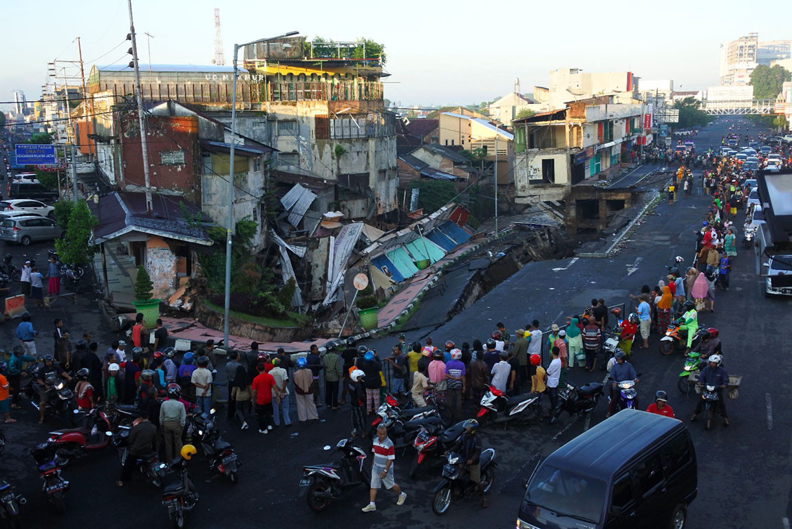 Shophouses collapse in East Java after river overflows, eroding foundation
