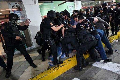 Manila mall hostage-taker surrenders