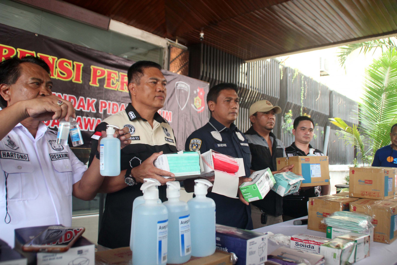 Police arrest three in Central Java for allegedly reselling masks at 900% markup