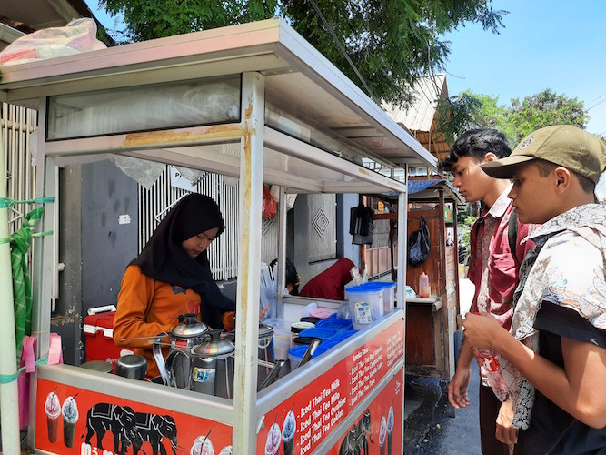 Bandung street vendors lose income as customers stay home amid COVID-19 policy