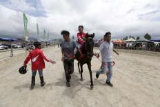Sweet victory: Ari reaches the finish line as champion. JP/Hotli Simanjuntak