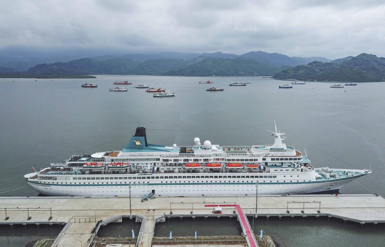Declared coronavirus-free, 'Albatros' passengers start Lombok tour