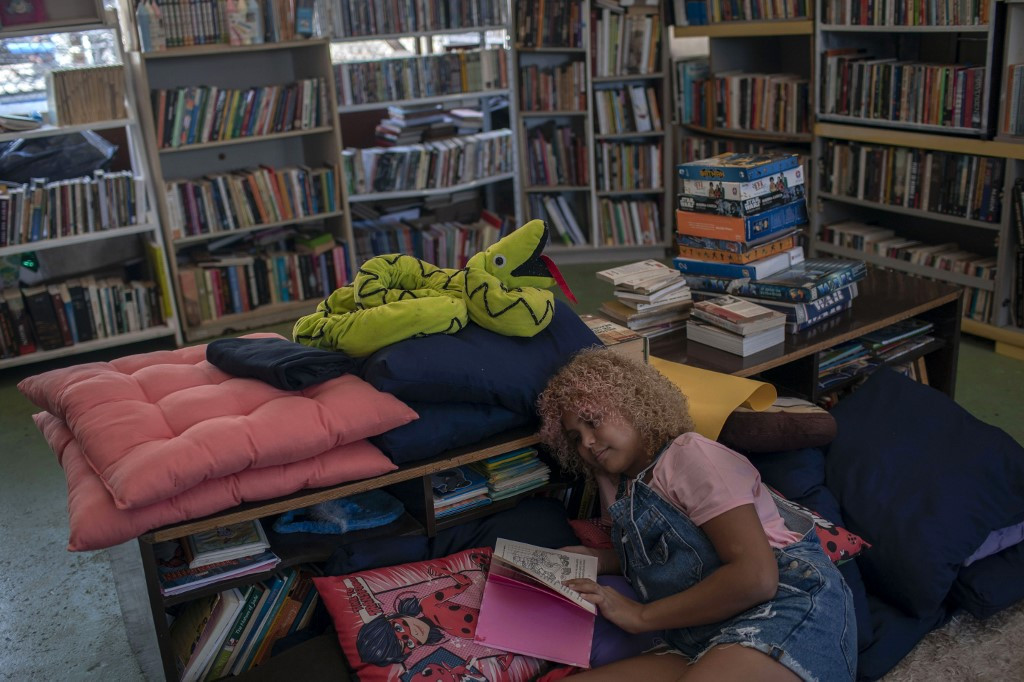12-year-old bookworm launches favela library in Brazil