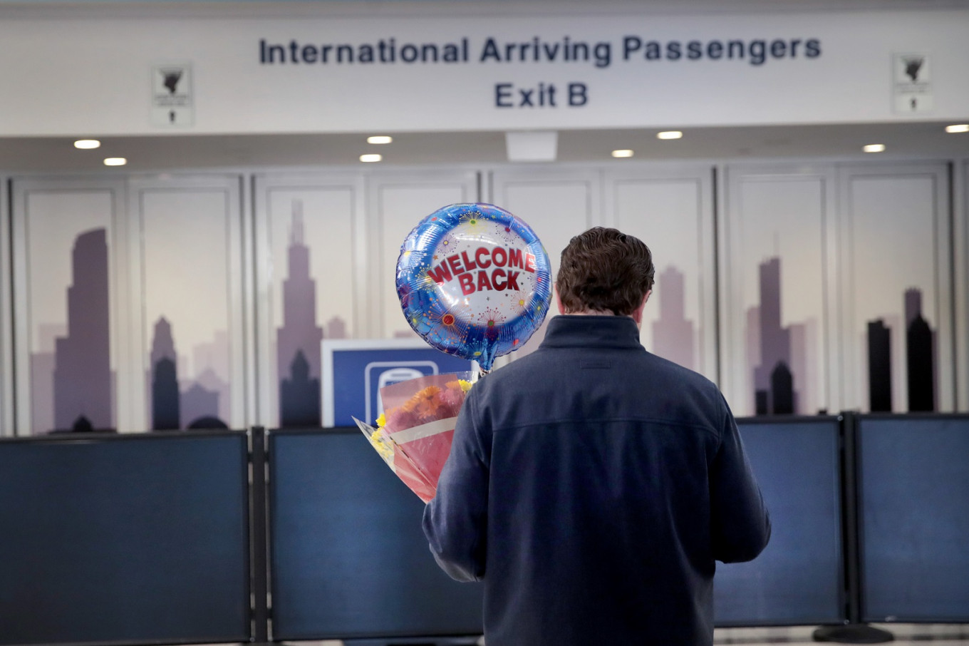 US extends travel ban to UK and Ireland, reviews domestic curbs