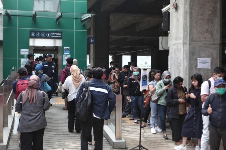Covid 19 City Wide Transport Restrictions Cause Buildup At Transjakarta Mrt Stations City The Jakarta Post