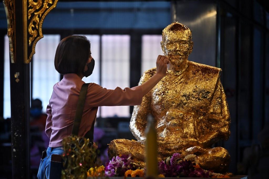 Thailand shuts schools, delays holiday to tackle coronavirus