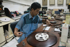 Celluloid run: Preservation technician Firdaus cleans a movie reel using 95 percent ethanol. JP/Xena Olivia