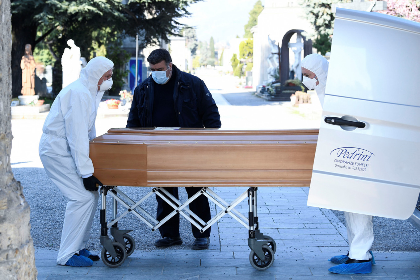 In Italy deaths from coronavirus buries army
