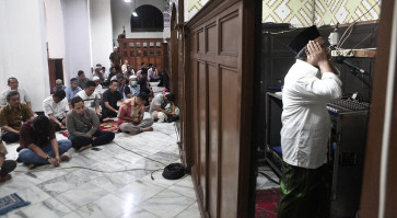 COVID-19 update: Jakartans ignore social distancing to pray at mosque
