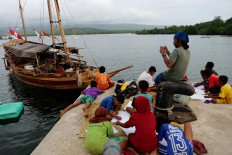 Children participate in a competition to pull a padewakang traditional boat at a pier on Pantar Island in East Nusa Tenggara. JP/ Yusuf Wahil