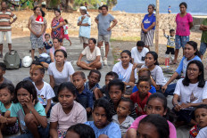 Children and adults concentrate as they listen during a storytelling event in Sandominggo of Larantuka, East Flores regency, East Nusa Tenggara. JP/ Yusuf Wahil