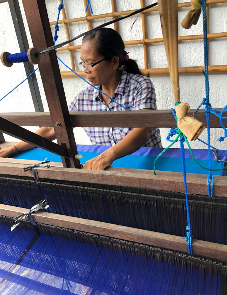 Collaboration: Desak Nyoman Rai teaches the artist to use weaving tool for the project.