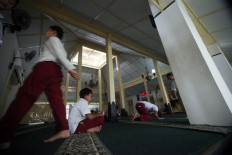 Elementary school students perform dzuhur prayer at Pakualaman Grand Mosque. JP/Boy T Harjanto