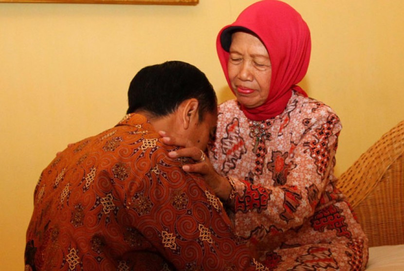 Jokowi requests Cabinet members send prayers from Jakarta for his late mother