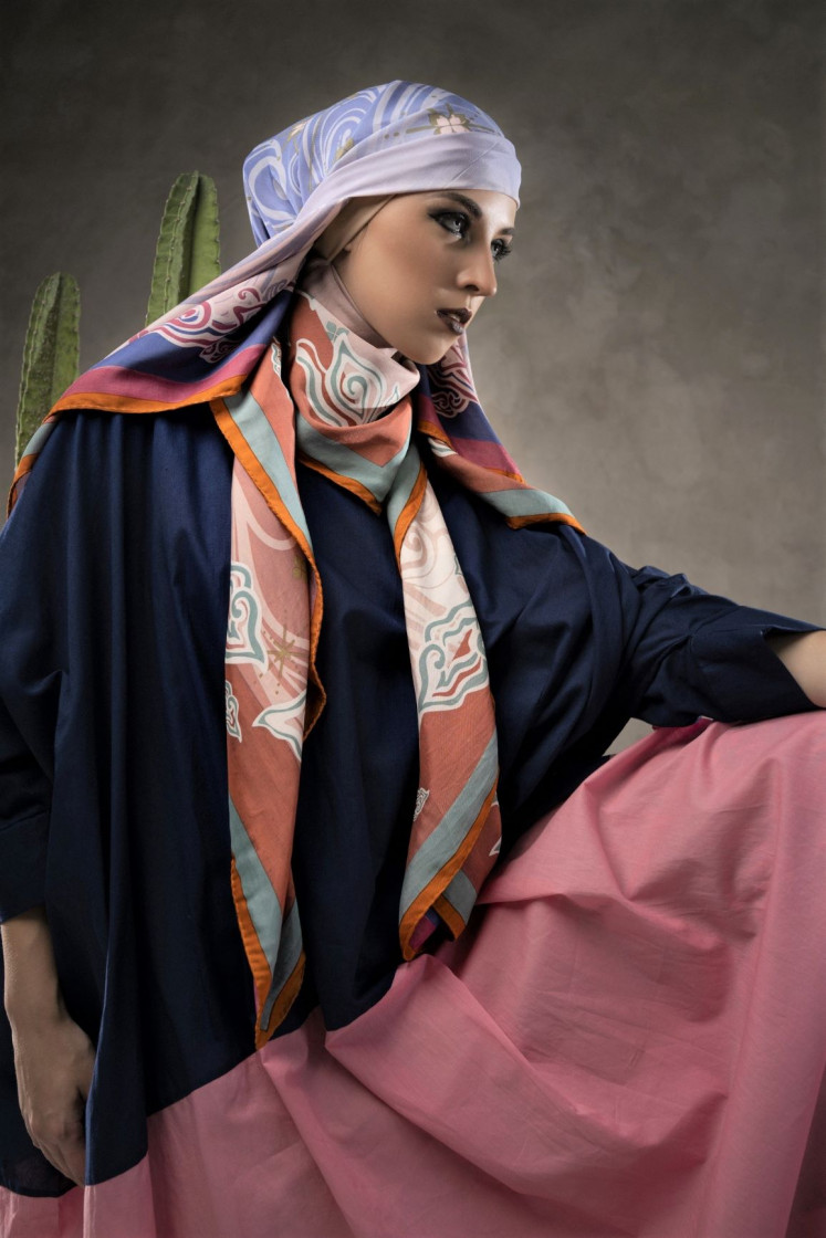 Vivid: Katonvie's scarves are created with the duplex printing method, which allows the precise placement of different patterns and colors on both sides.