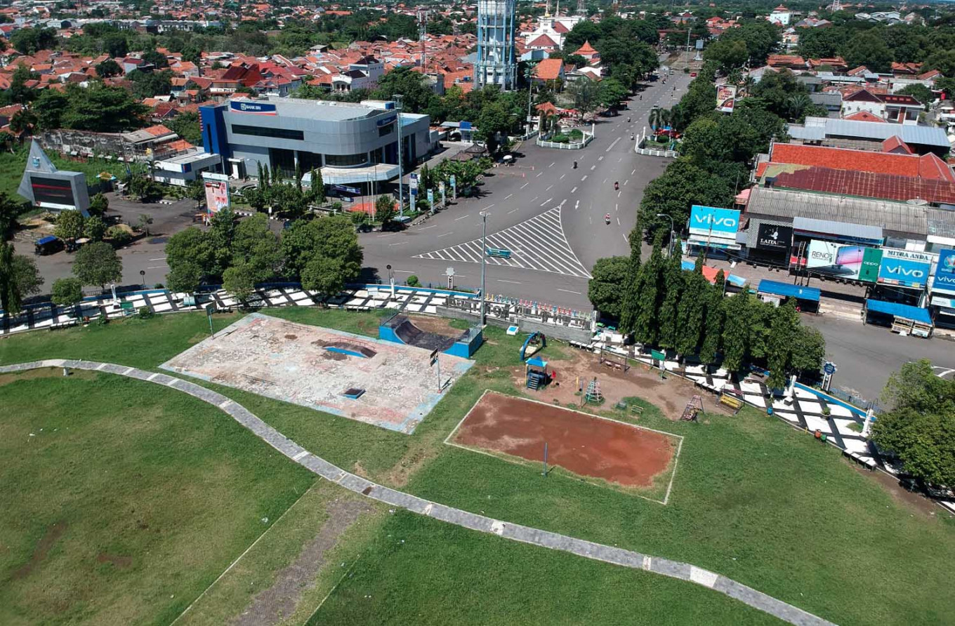 Tegal blocks roads into city in first attempt to impose lockdown in Indonesia
