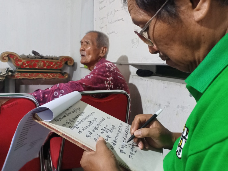 A student learns Javanese script under the guidance of Dwijo Cipto Wandowo on March 13.