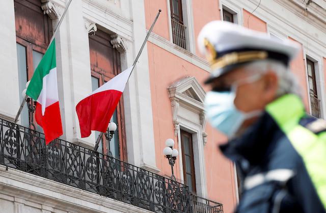 Italy, Vatican lower flags, observe silence to honor coronavirus dead