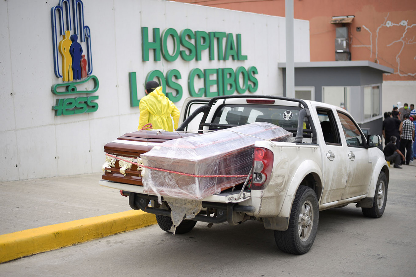 Troops gather scores of bodies of virus victims in Ecuador city