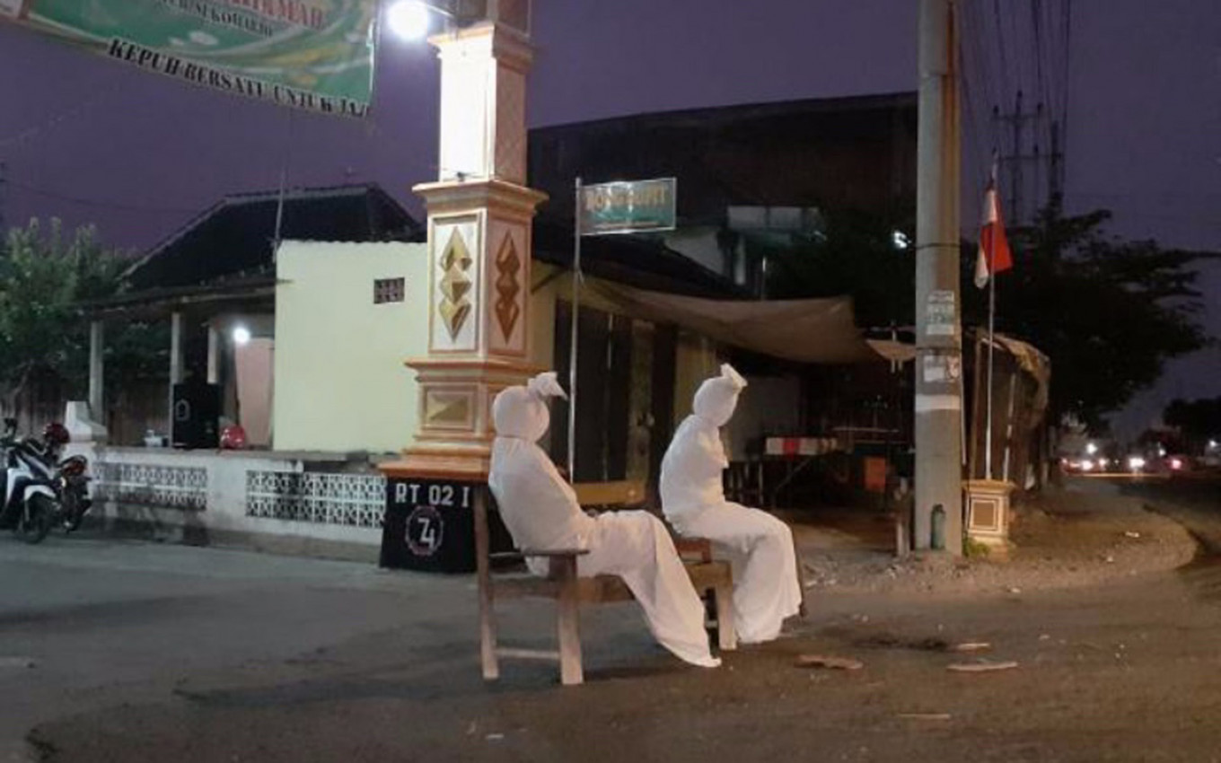'Pocong' out to keep residents in