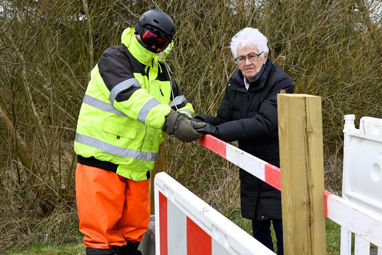 Love in time of coronavirus: Octogenarians picnic at Danish-German border