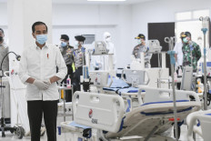 """President Joko """"Jokowi"""" Widodo observes the emergency room of a new COVID-19 hospital at the Wisma Atlet Kemayoran apartment complex in Jakarta on March 23. 2020. The complex used to be an athletes village during the 2018 Asian Games.  Antara/Hafidz Mubarak A"""