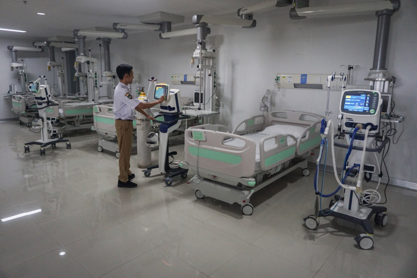 A medical worker prepares the isolation room of Bung Karno Regional Hospital in Surakarta, Central Java, on March 27. 2020. The hospital has dedicated its four isolation rooms for COVID-19 patients. Antara/Mohammad Ayudha