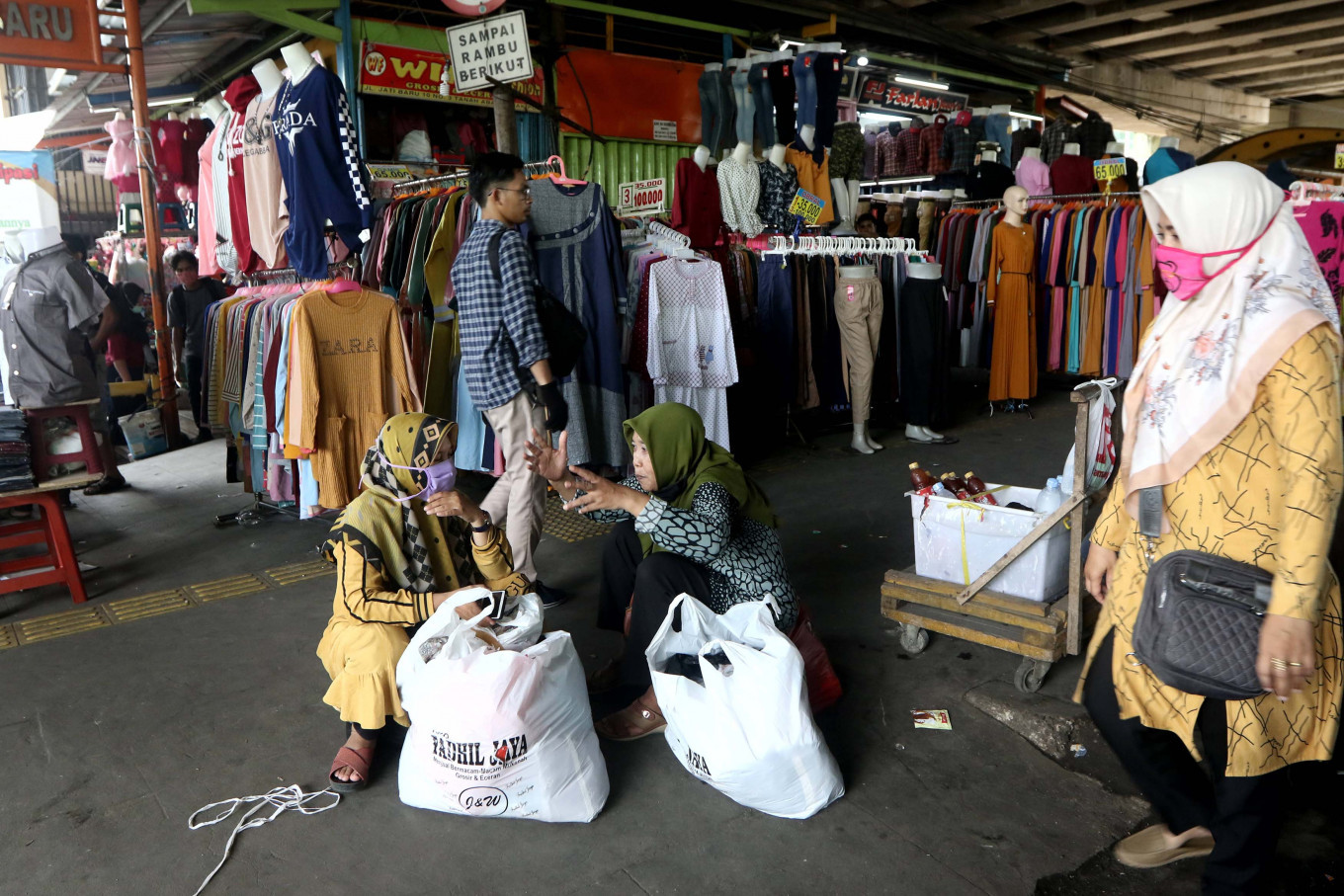 Tanah Abang Market packed with traders ahead of Idul Fitri despite virus fears