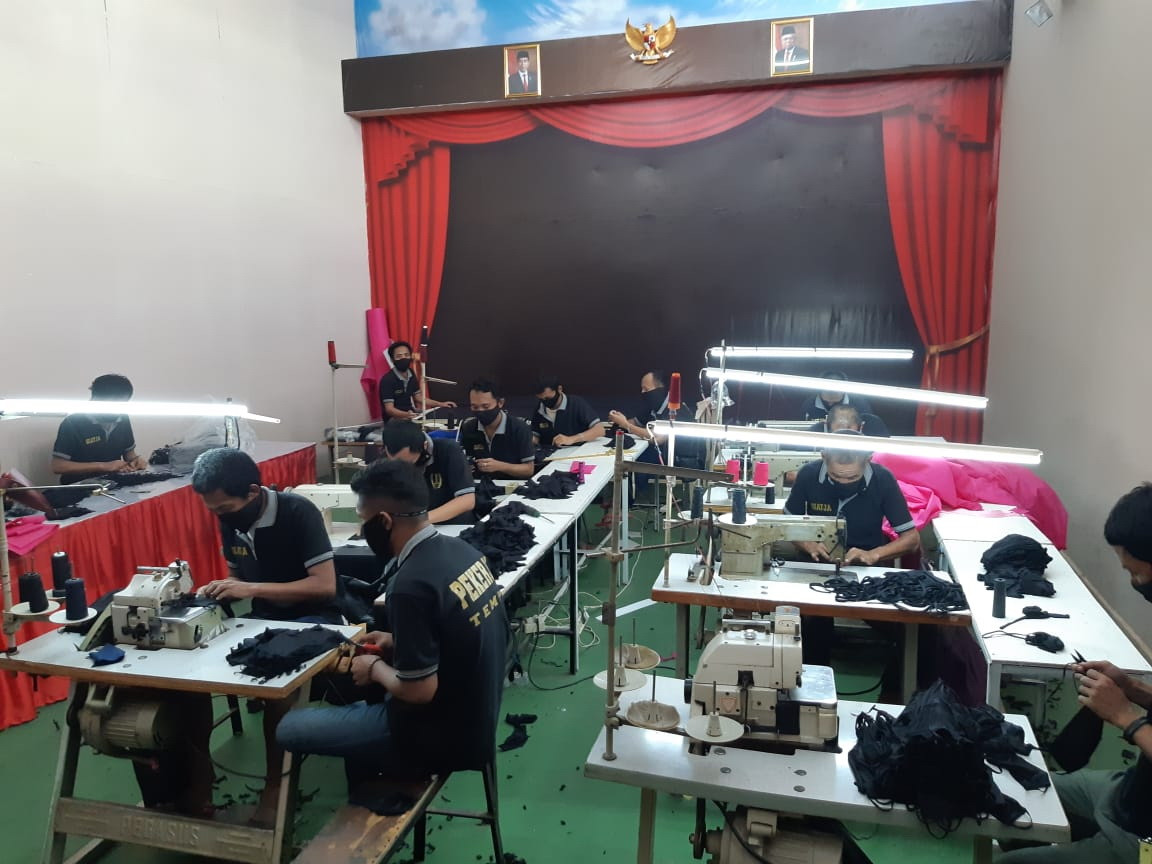 Indonesian prisoners produce protective gear to combat COVID-19