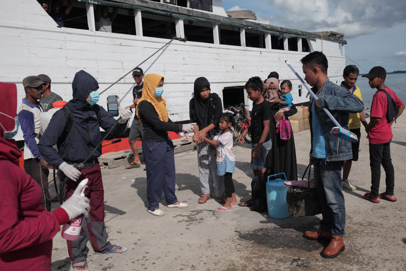 The disinfectant workers pay special attention to passengers from Kendari city in Southeast Sulawesi, as the city has recorded three COVID-19 cases. JP/ Edy Susanto